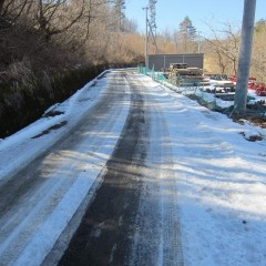 農場へ登る道は未だに雪の溶けない日陰もあります