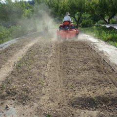 片付けが終わった畑は耕耘作業
