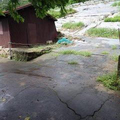 前日の雨が農場から道路へ流れ出た跡が残っています