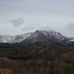 周りの山々には雪が降ったようで雪化粧しています