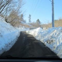 農場へ登る道は車一台通れるだけ、除雪作業中で農場までは行けませんでした