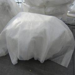 寒さが一段と厳しくなったので防寒用にプチプチビニールを被せました