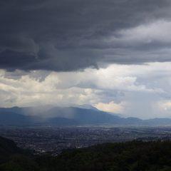 雷鳴と共に暗雲が立ち込め甲府の街には雨が降っているようです