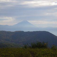 曇り空に薄っすらと富士山が浮かび上がっています