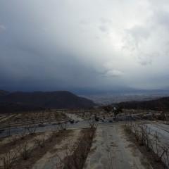 夕方になり、低気圧の影響か急に暗雲が立ち込めて雨交じりの冷たい風が吹き荒れてきたので作業中断となりました
