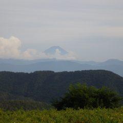 除草作業が終わると雲の間から富士山頂が現れました